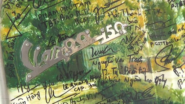 Ngắm chiếc Vespa cổ tiền tỷ có gần 800 chữ ký của nhà báo trên khắp Việt Nam