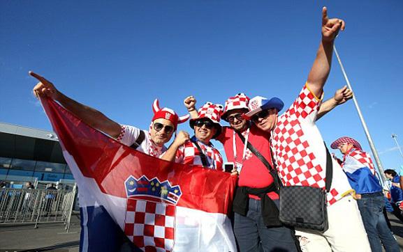 Quang cảnh bên ngoài sân đấu ở Nizhny Novgorod trước trận Argentina vs Croatia