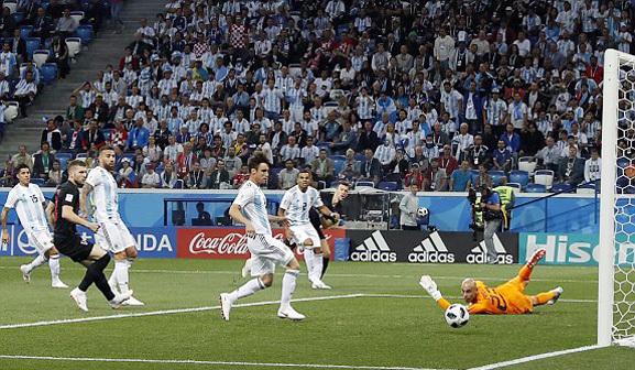 Caballero đổ người cứu thua cho Argentina