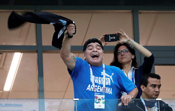 Maradona cổ vũ cho các đàn em