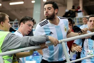 Argentina thua mất mặt, HLV Sampaoli bị tấn công