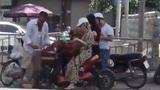 Người phụ nữ nhanh tay lấy ví của khách mua vải