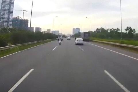 Cô gái vừa đi ngược chiều vừa nghe điện thoại trên cao tốc