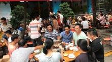 Bị lên án, lễ hội thịt chó ở TQ vẫn đông nghịt khách