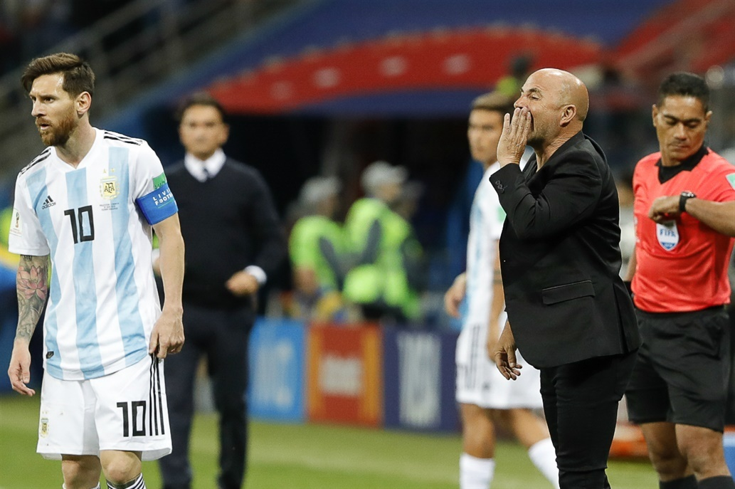 Maradona khóc nghẹn, ăn cả móng tay khi Argentina thua thảm Croatia