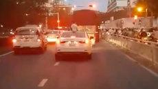 Bé trai ngồi vắt vẻo trên nóc ôtô khi xe đang chạy