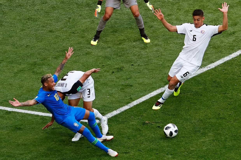 Brazil suýt... bể kèo: Gọi tên Coutinho và kịch sĩ Neymar!