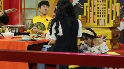 Diệu Nhi bị bắt gặp đang chui gầm bàn 'ăn vụng' đồ ăn
