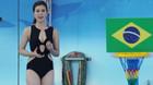 MC vẫn diện bikini dẫn World Cup trên truyền hình sau tranh cãi