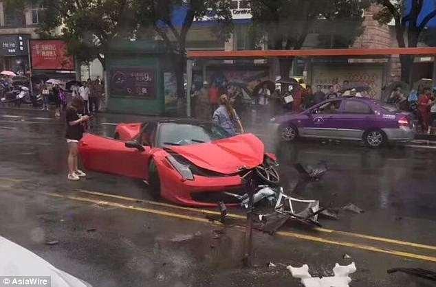 Phá tan siêu xe Ferrari 15 tỷ sau vài phút ngồi trên ghế lái