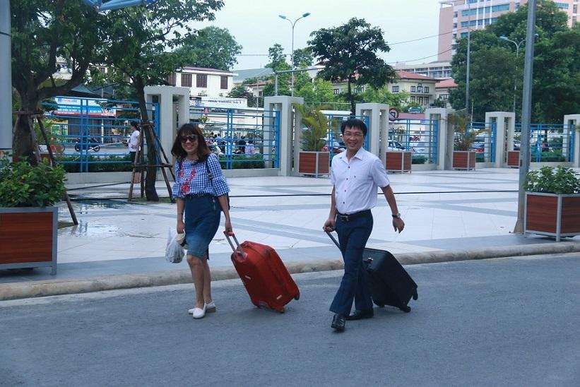 Giám thị ăn cháo vội, xách vali sớm lên đường coi thi THPT quốc gia