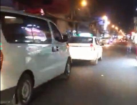Tài xế taxi quyết không nhường đường, chạy chặn đầu xe cứu thương