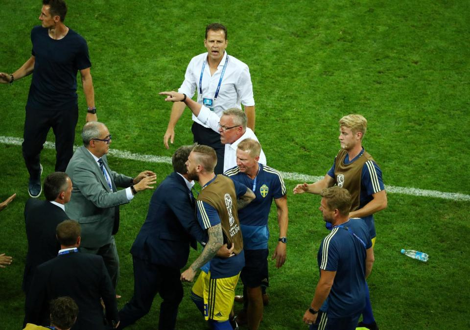 Bị khiêu khích, HLV Thụy Điển lao vào ẩu đả với người Đức