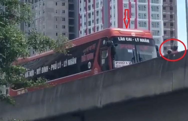 Công an Hà Nội xác minh xe máy ép lùi xe khách ở đường trên cao