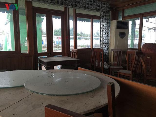Cận cảnh 'nghĩa địa' du thuyền, nhà hàng nổi trên Hồ Tây