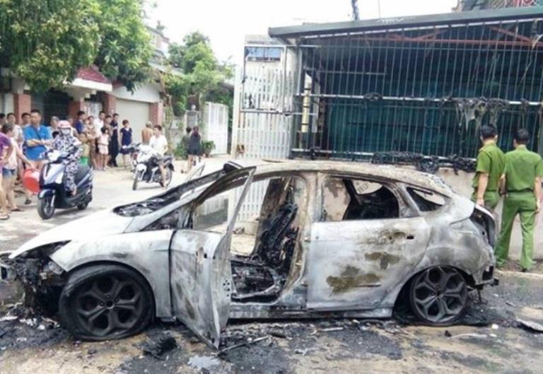 Lùi xe qua đống rác đang cháy, xe Ford Focus bốc cháy dữ dội