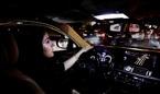 Hình ảnh phái đẹp Ảrập Xêút phấn khích lái xe ra đường giữa đêm