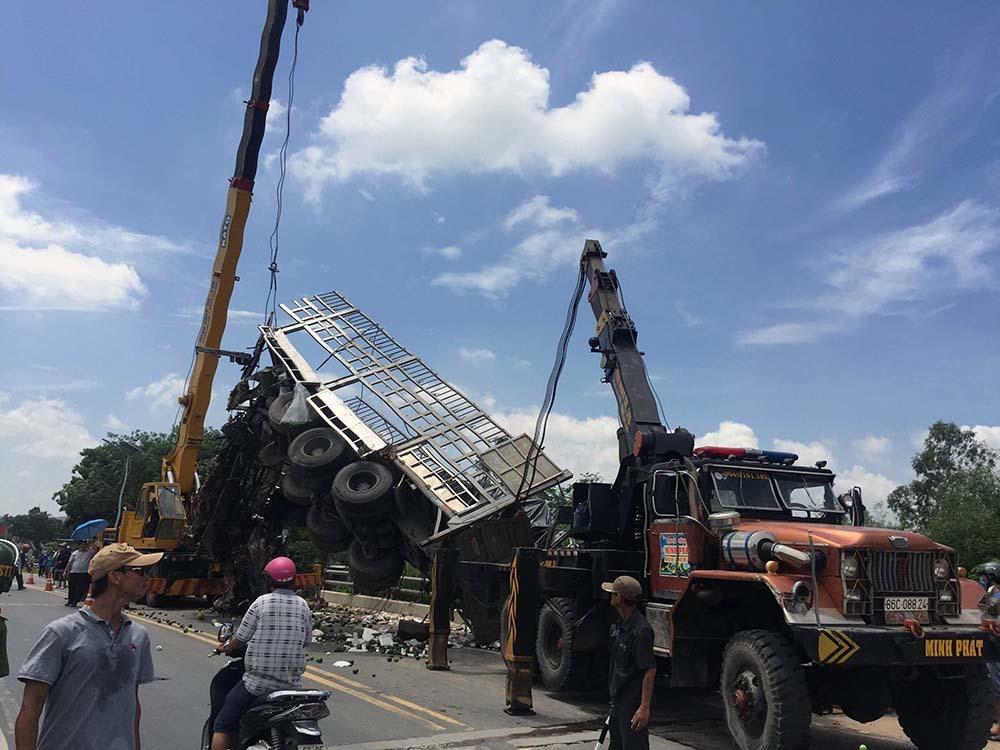 Xe tải rơi xuống cầu, phụ xe thiệt mạng, tài xế dập nát 2 chân