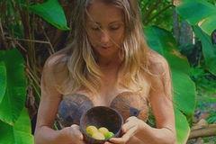 Cô gái người Úc hạnh phúc khi bỏ phố vào rừng ở nude