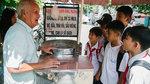 'Ông ngoại' bán kẹo bông gòn ở Sài Gòn khiến bao học trò thương nhớ