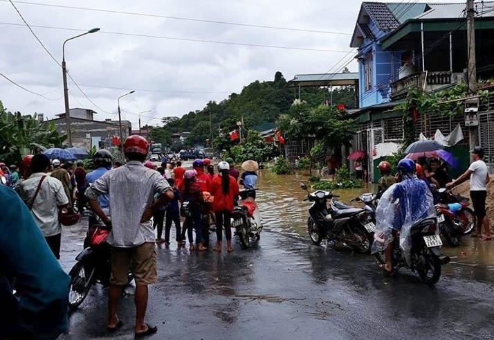 Bộ trưởng Giáo dục gửi điện khẩn khắc phục mưa lũ trước kỳ thi THPT quốc gia