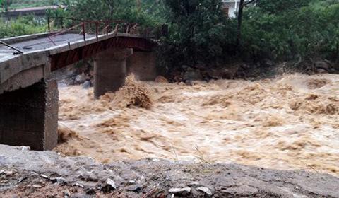 Mưa lũ kinh hoàng ở Lai Châu: Ô tô trôi xuống vực, đường bị lũ cuốn phăng