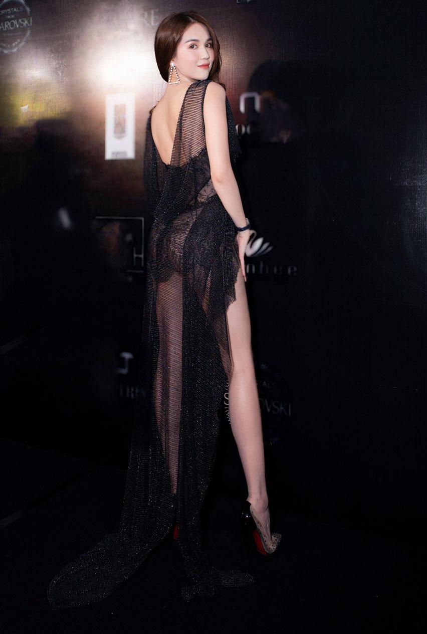 Ngọc Trinh hở bạo đi xem thời trang