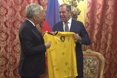 Ngoại trưởng Nga nhận quà đặc biệt dịp World Cup
