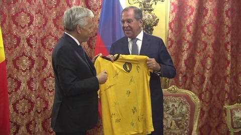 ngoại trưởng Nga được tặng áo