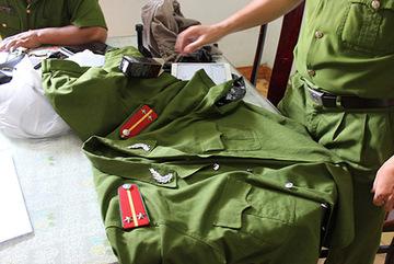 Phát hiện 'kho' quân phục, còng số 8 giả công an ở Sài Gòn