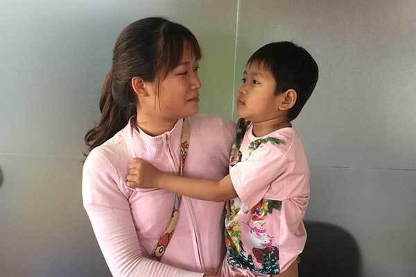 Mẹ bật khóc trước câu nói ngây thơ của con gái ung thư máu