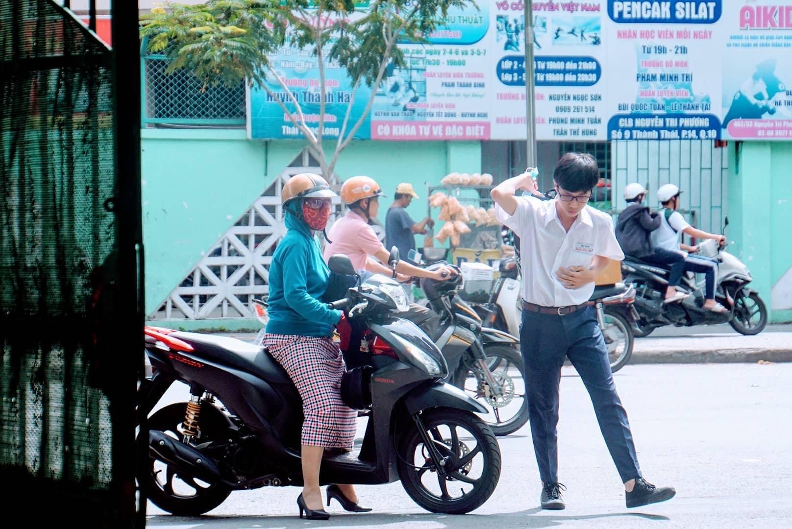 Thí sinh Sài Gòn chạy thục mạng đến trường thi vì đi trễ