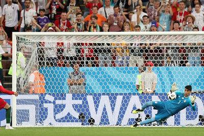 Ronaldo đá hỏng 11m, Bồ Đào Nha run rẩy đụng Uruguay