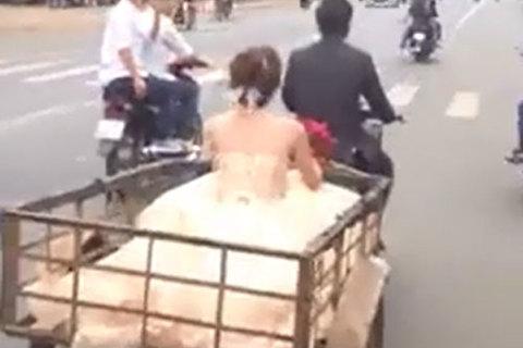 Màn rước dâu 'chất lừ' bằng xe chở hàng khiến dân mạng tranh luận