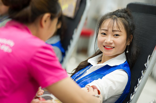 Hàng ngàn nhân viên Samsung đội nắng hiến máu tình nguyện