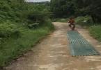 Người đàn ông vô tư chở tấm tôn 'chà đất' trên đường