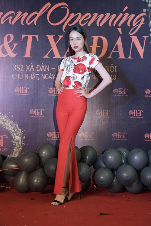 'Mẹ chồng' Lan Hương duyên dáng với áo dài in tranh