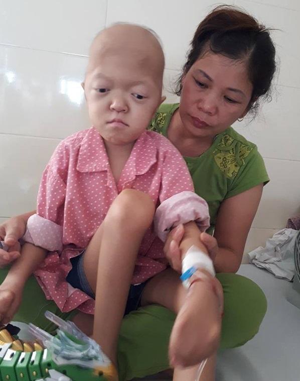 Xót xa bé gái dị tật bẩm sinh nay lại mắc ung thư xương