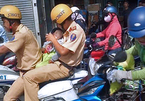CSGT lái mô tô mở đường, ôm bé trai lao đến bệnh viện cấp cứu