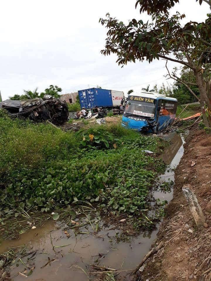 Xe khách cùng xe con 'bay' khỏi đường, 2 người chết, 10 bị thương