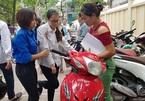 CSGT phát nước miễn phí, tình nguyện viên cõng thí sinh gặp nạn