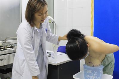 Người phụ nữ ngã dúi mặt vì ngực lớn gấp 6 lần bình thường