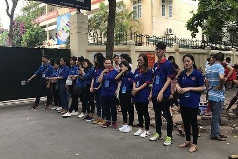 Các tình nguyện viên vỗ tay