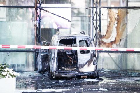 Xe tải lao vào tòa soạn báo Hà Lan, bốc cháy trơ khung
