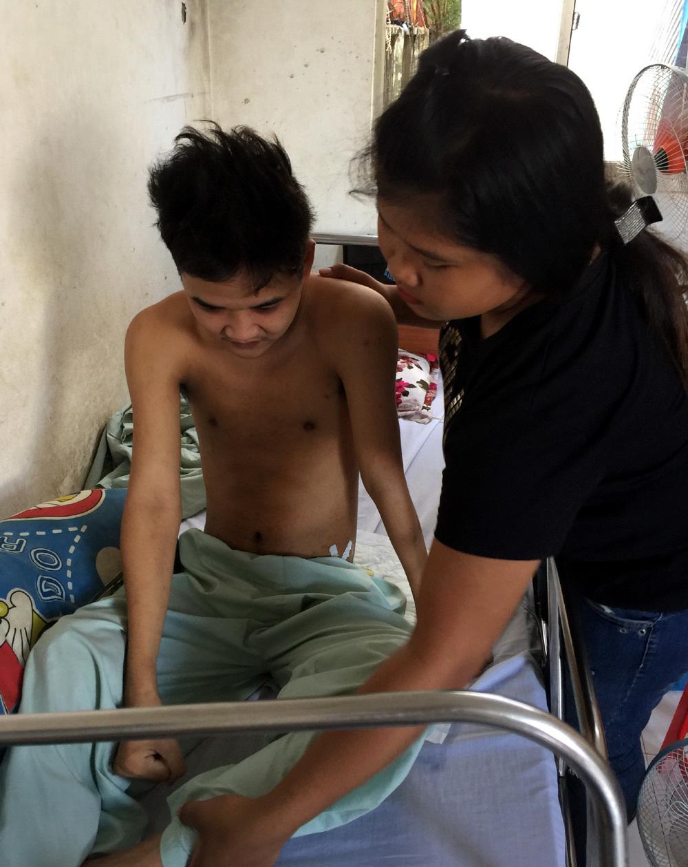 Hai em nhỏ vừa nuôi anh liệt tứ chi vừa chăm sóc cha khuyết tật