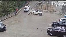 Tài xế non tay, ô tô lên dốc rồi tụt xuống liên tục