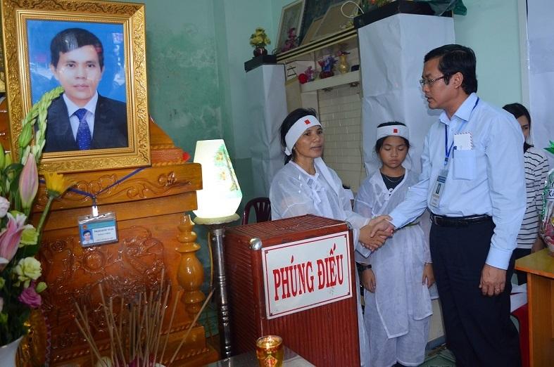 Thứ trưởng Bộ Giáo dục viếng thầy giáo đột tử khi đang coi thi THPT quốc gia