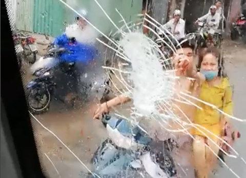 Bị tạt nước khi đi đường, nam thanh niên đập vỡ kính xe khách