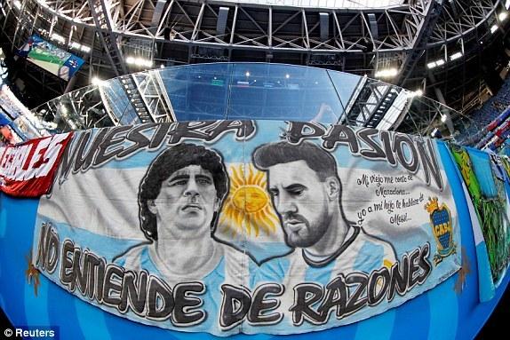 Tấm banner in hìnhDiego Maradonabên cạnhLionel Messi