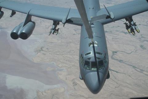 Ngoạn mục cảnh tiếp liệu pháo đài bay B-52 giữa không trung